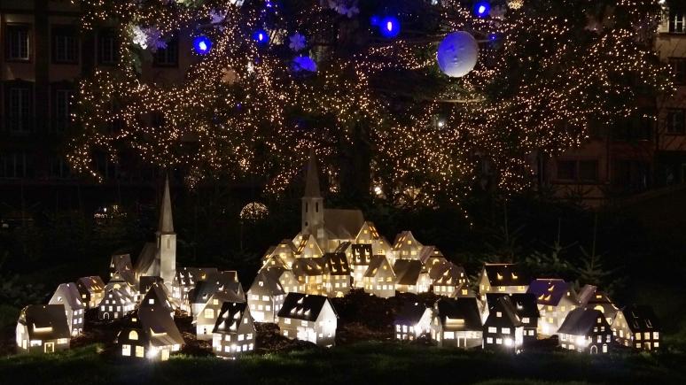 Au pied du grand sapin de Noël de Strasbourg