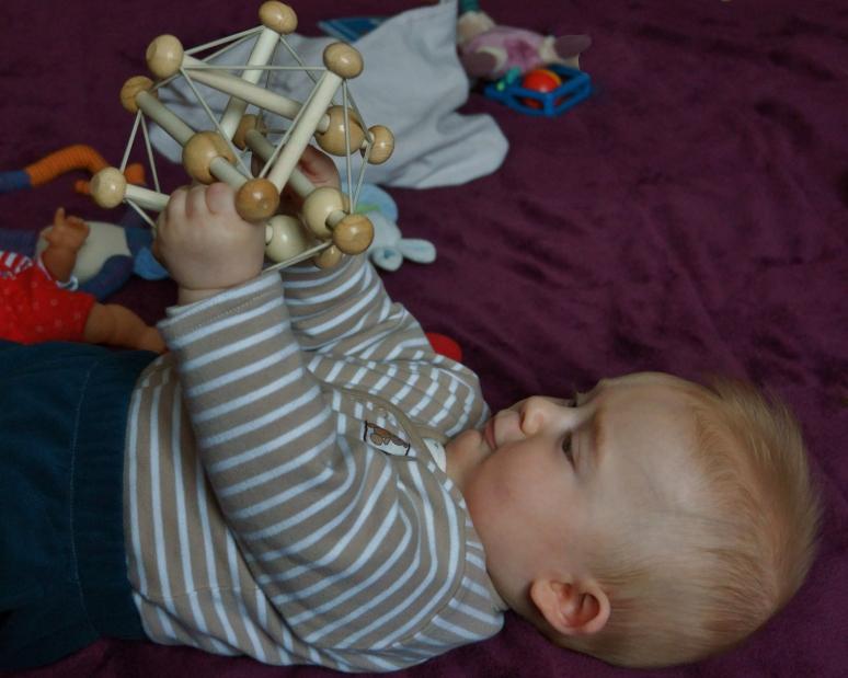 Noah et son hochet Skwish Classic Manhattan toy